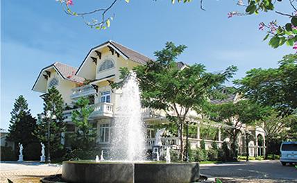 KIM LONGKIM LONG luxury villas là kiệt tác đẳng cấp đỉnh cao, gồm 42 căn biệt thự đơn lập và song lập nằm chen lẫn trong công viên nhiệt đới Kim Ngân.